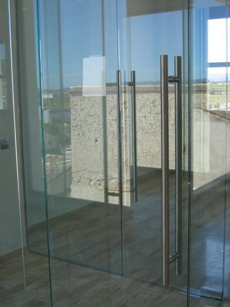 Puertas de ba o alfa s a for Puertas de entrada con vidrio